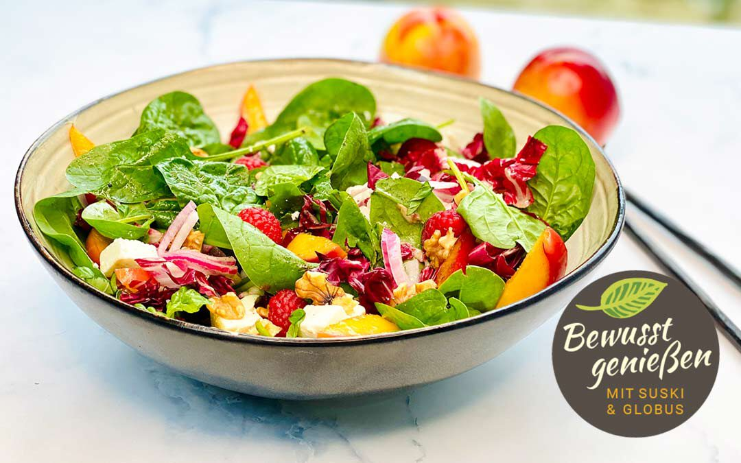 Fruchtiger Spinatsalat mit gerösteten Nektarinen
